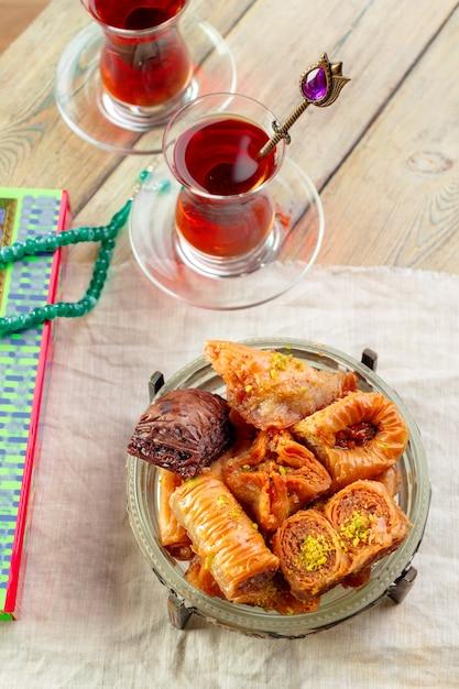 Baklava tradizionale sul tavolo di legno Foto Premium