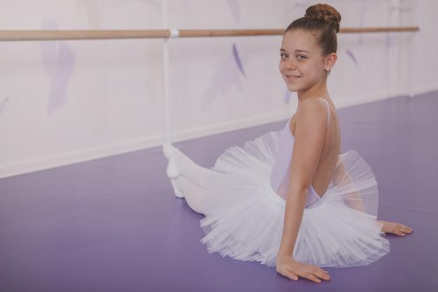 Ballerina affascinante della ragazza che si esercita alla scuola di ballo Foto Premium
