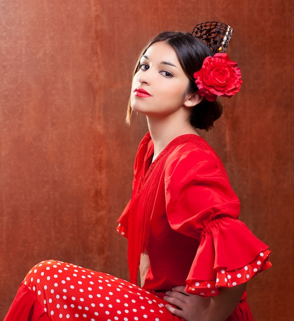 Ballerina di flamenco spagna donna gipsy con rosa rossa Foto Premium