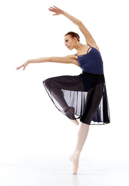 Ballerina esibendosi Foto Gratuite