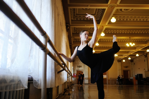 Ballerina in una classe di balletto Foto Premium