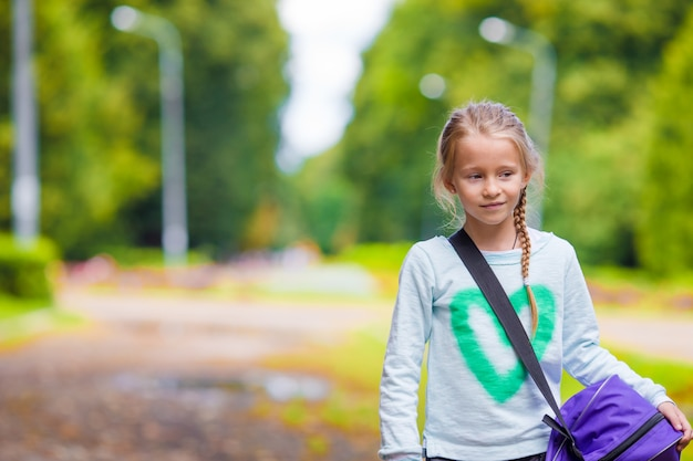 Bambina adorabile che va in palestra con la sua borsa sportiva Foto Premium