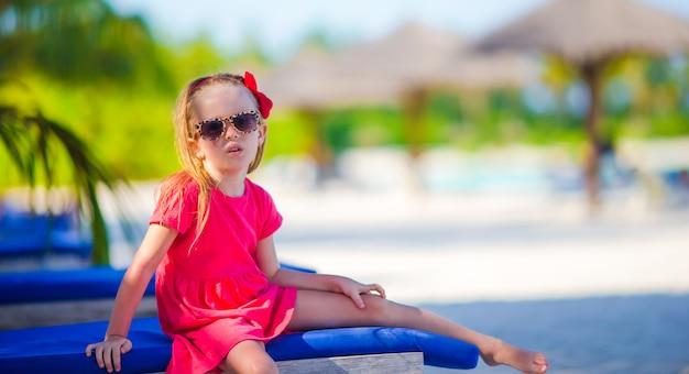 Bambina adorabile in spiaggia durante le vacanze estive Foto Premium