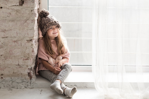 Bambina alla moda che osserva via Foto Gratuite