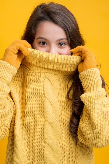 Bambina allegra di vista frontale che indossa i vestiti stagionali Foto Gratuite