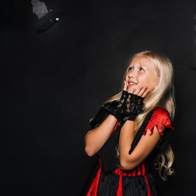 Bambina attraente sconcertante dal giocattolo del pipistrello Foto Gratuite
