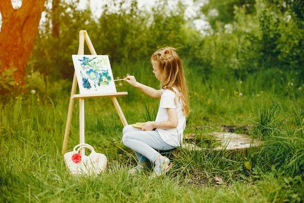Bambina carina dipinto in un parco Foto Gratuite
