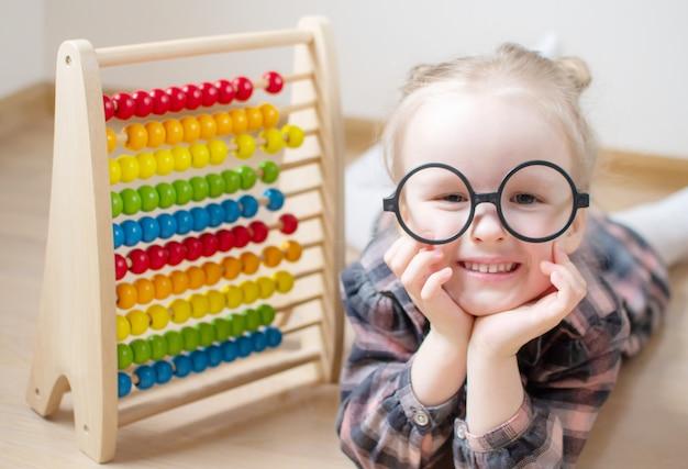 Bambina caucasica con gli occhiali rotondi. Foto Premium