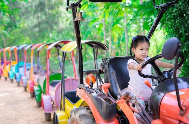 Bambina che gioca per guidare un treno Foto Premium