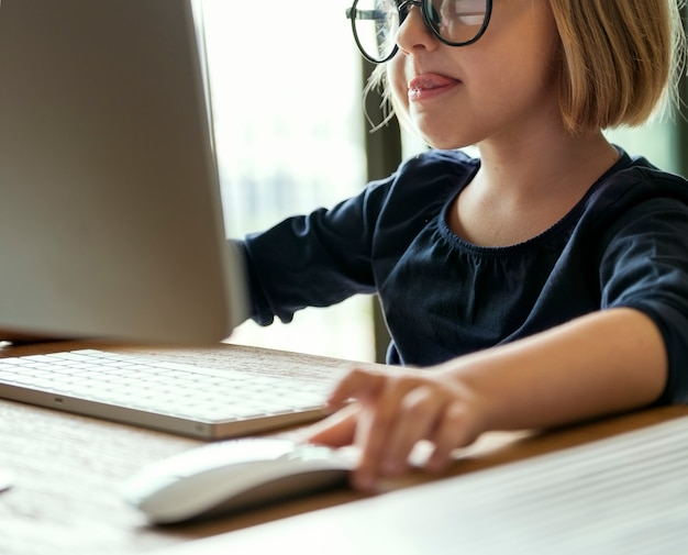 Bambina che gioca su un computer Foto Gratuite