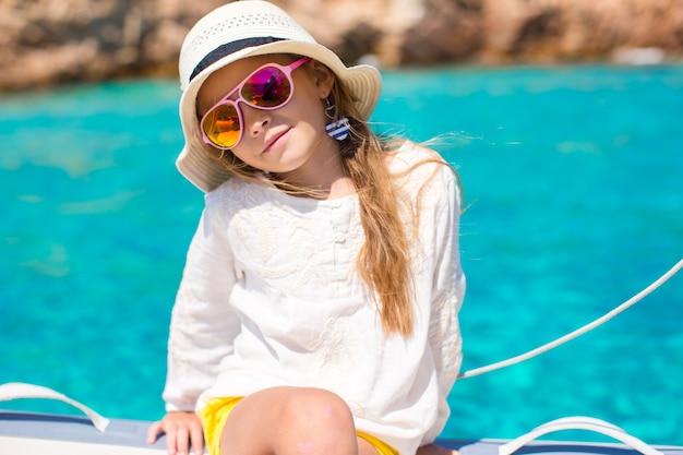 Bambina che gode della navigazione sulla barca nel mare aperto Foto Premium