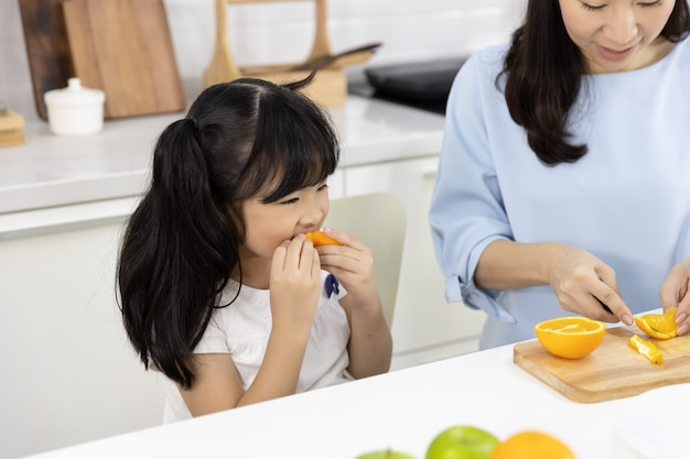 Bambina che mangia le arance Foto Premium