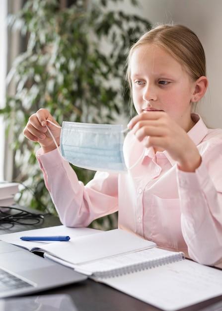 Bambina che partecipa alla lezione online all'interno Foto Gratuite