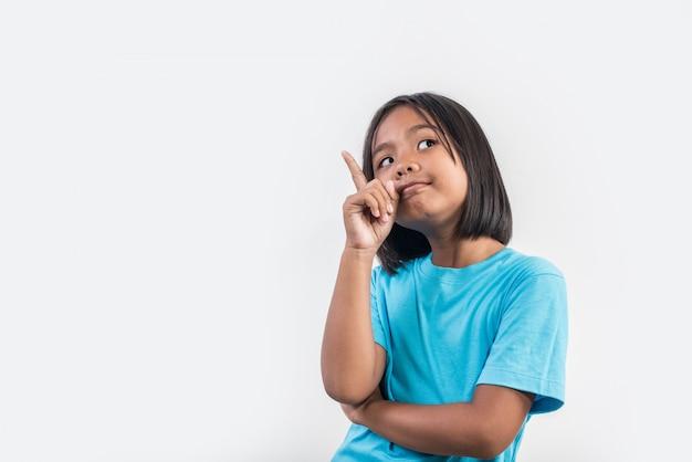 Bambina che pensa nel colpo dello studio Foto Gratuite