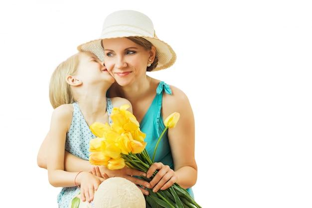 Bambina che ride allegra che abbraccia la sua mamma Foto Premium