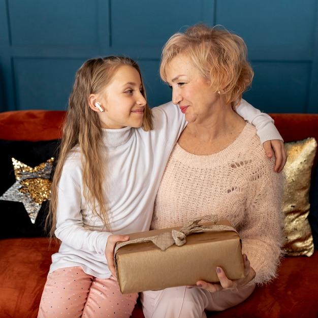Bambina che trascorre del tempo con sua nonna Foto Gratuite
