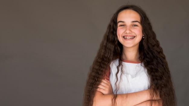 Bambina con i capelli lunghi sorridente Foto Gratuite