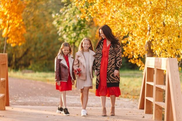 Bambina con la mamma all'aperto nel parco al giorno di autunno Foto Premium