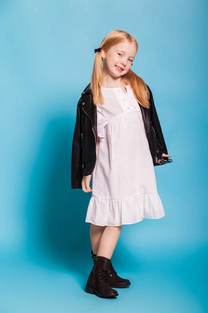 Bambina con le code in abiti eleganti Foto Premium