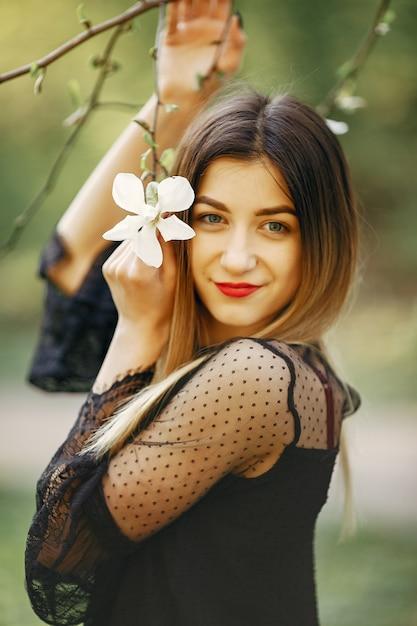 Bambina elegante in un parco di primavera Foto Gratuite