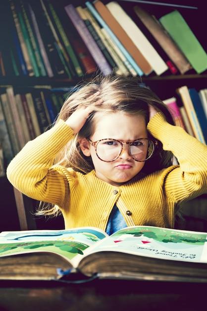 Bambina immersa nei libri Foto Premium