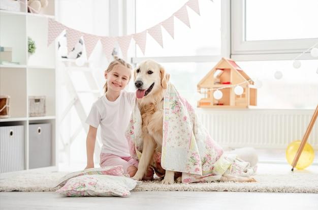 Bambina sorridente con cane carino Foto Premium