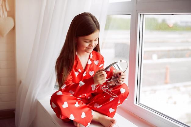Bambina sveglia a casa in un pigiama Foto Gratuite