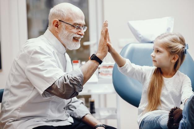 Bambina sveglia che si siede nell'ufficio del dentista Foto Gratuite