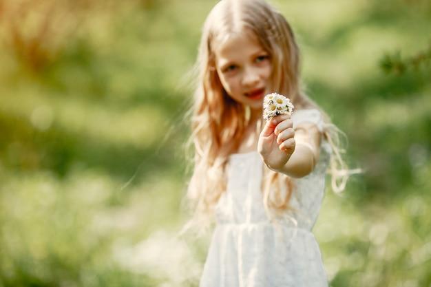 Bambina sveglia in un parco della molla Foto Gratuite