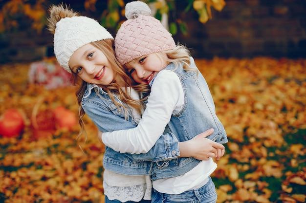Bambina sveglia in un parco di autunno Foto Gratuite
