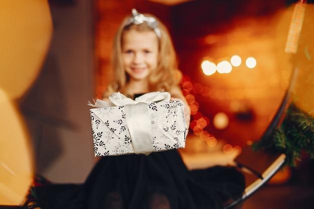 Bambina vicino in un vestito nero Foto Gratuite