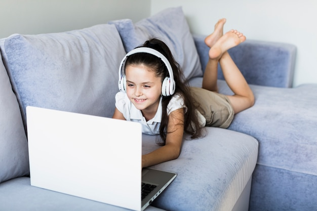 Bambine adorabili che utilizzano il suo computer portatile Foto Gratuite