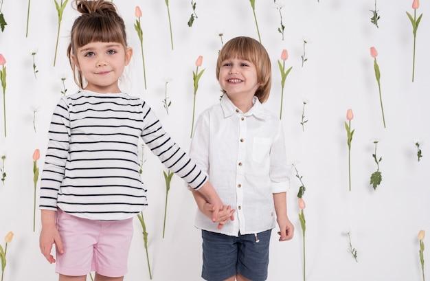 Bambini adorabili che tengono le mani colpo medio Foto Gratuite