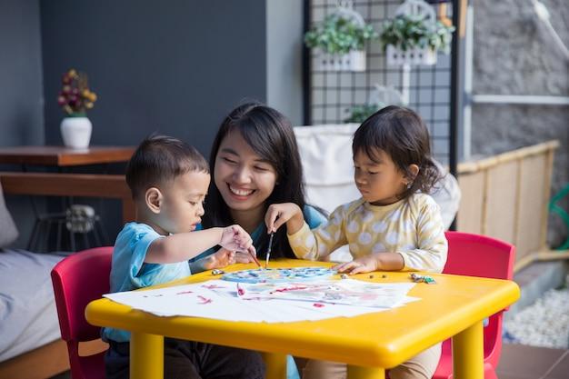 Bambini asiatici che dipingono e disegnano Foto Premium