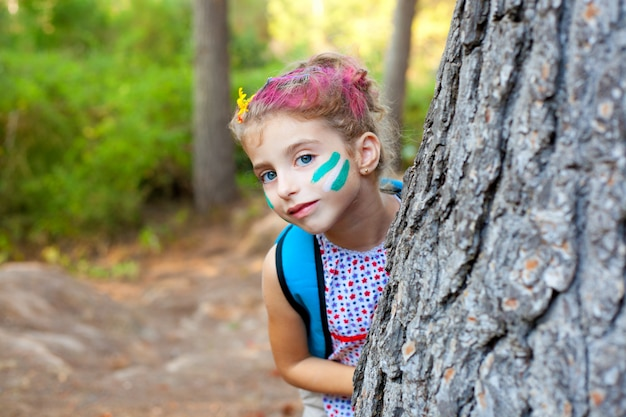 Bambini bambina felice giocando in un albero della foresta Foto Premium