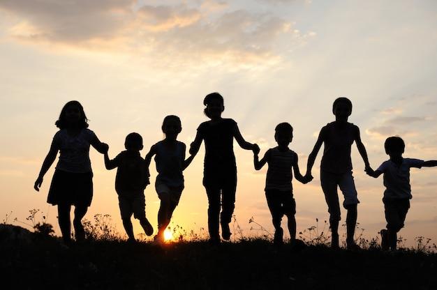 Disegno Di Bambino Che Corre : Bambini che corrono sul prato al tramonto scaricare foto premium