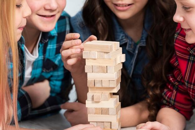 Bambini che giocano a jenga Foto Gratuite