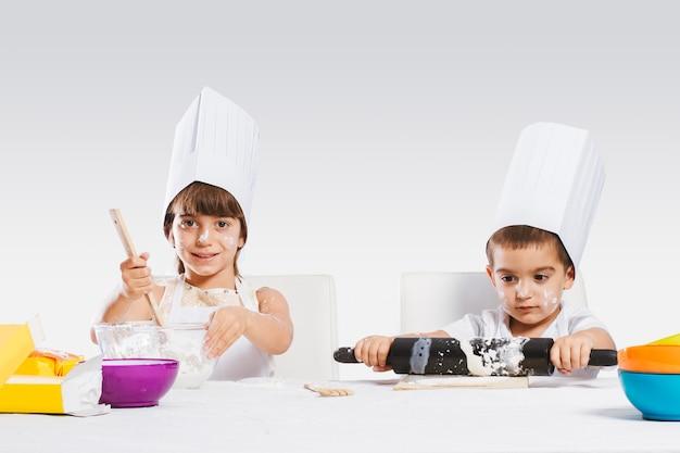 Bambini che giocano in cucina Foto Premium