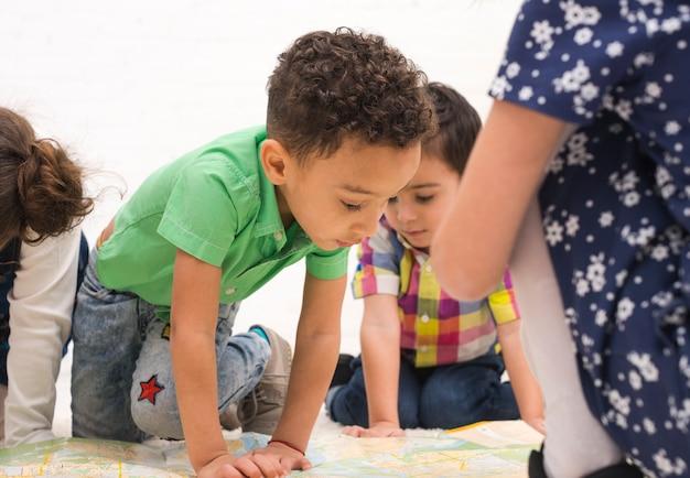 Bambini che giocano in gruppo Foto Gratuite