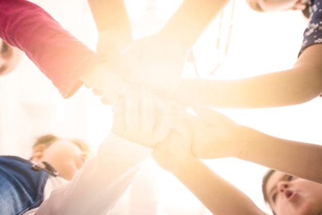 Bambini che tengono la mano nel gruppo Foto Gratuite