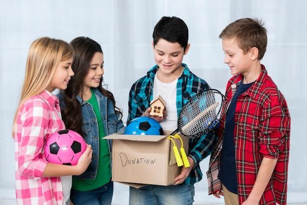 Bambini con scatola per donazioni Foto Gratuite