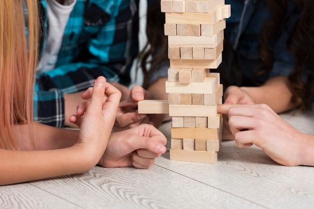 Bambini del primo piano che giocano jenga Foto Gratuite