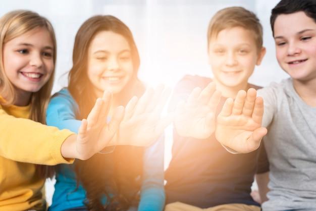 Bambini di angolo basso con le mani al sole Foto Gratuite