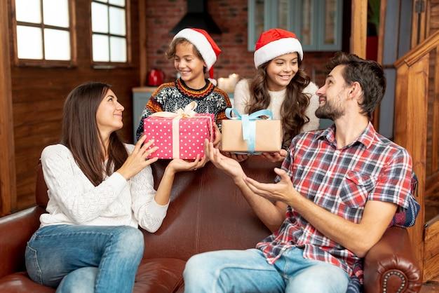 Bambini di tiro medio sorprendono i genitori con doni Foto Gratuite