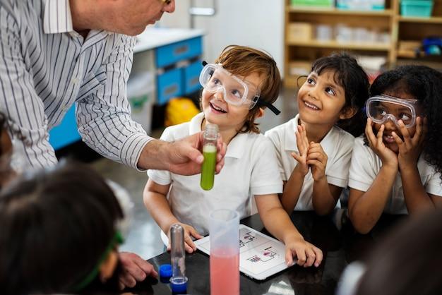Bambini felici alla scuola elementare Foto Gratuite