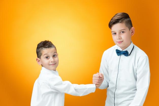 Bambini felici che combattono scherzosamente Foto Gratuite