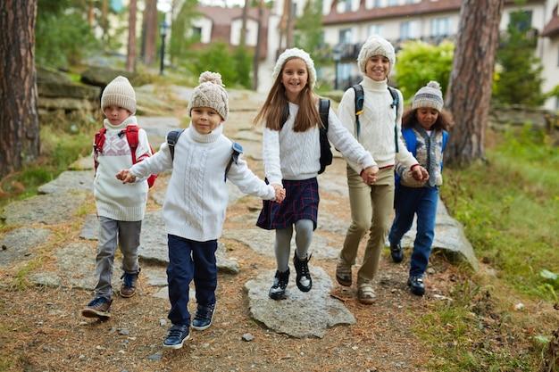 Bambini felici che corrono dopo la scuola Foto Gratuite