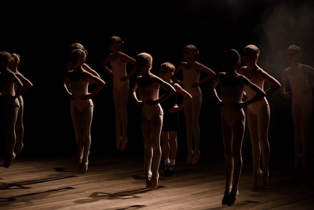Bambini felici che fanno il salto di balletto Foto Premium