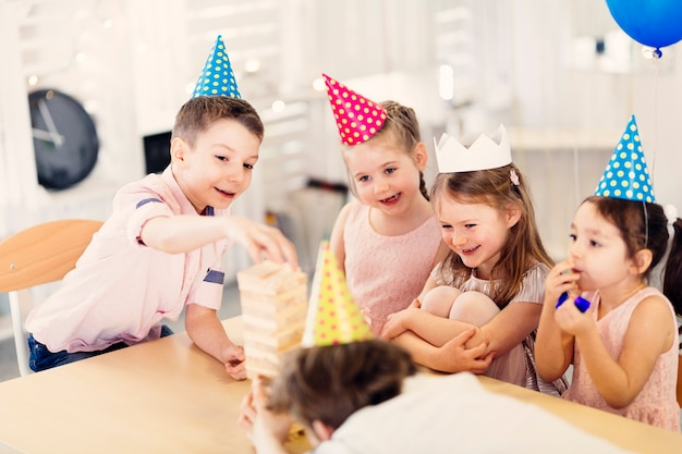 Bambini felici che giocano a tavola Foto Gratuite