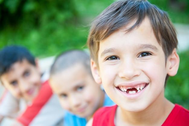 Bambini felici che godono del viaggio Foto Premium